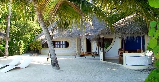 Beach Villa имеет собственный приватный пляж с качелями, джакузи и лежаками