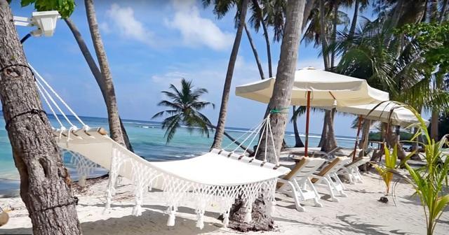 пляж на обитаемом острове