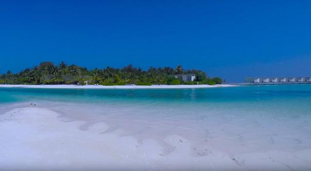 вид на отель Holiday Inn Resort Kandooma с пляжа Гурайдо