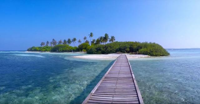 мостик на бикини-пляж острова Гурайду