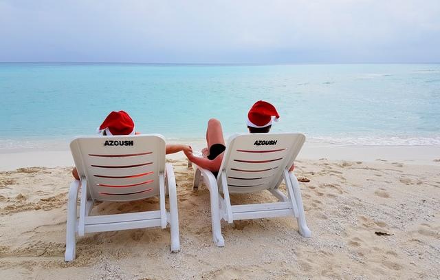 Лежаки геста Azoush на бикини-пляже
