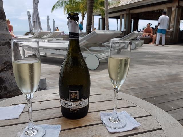 на дорогих резортах Мальдив отличный выбор алкогольных напитках