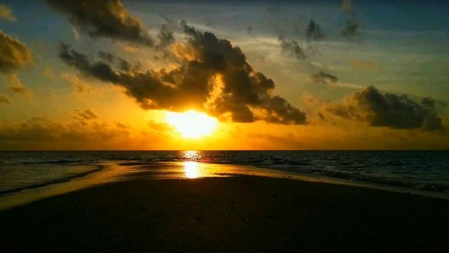 Самые красивые закаты на косе локального острова Омаду