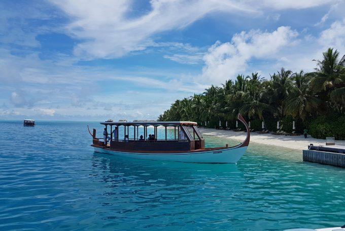 Перемещаться между островами можно на лодке дони
